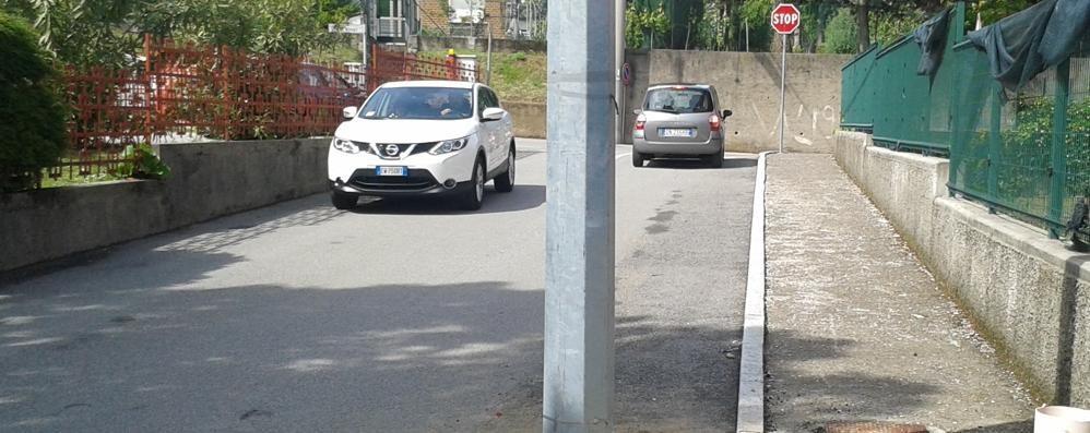 Cadorago, palo in mezzo alla strada  «Ma non è colpa nostra»