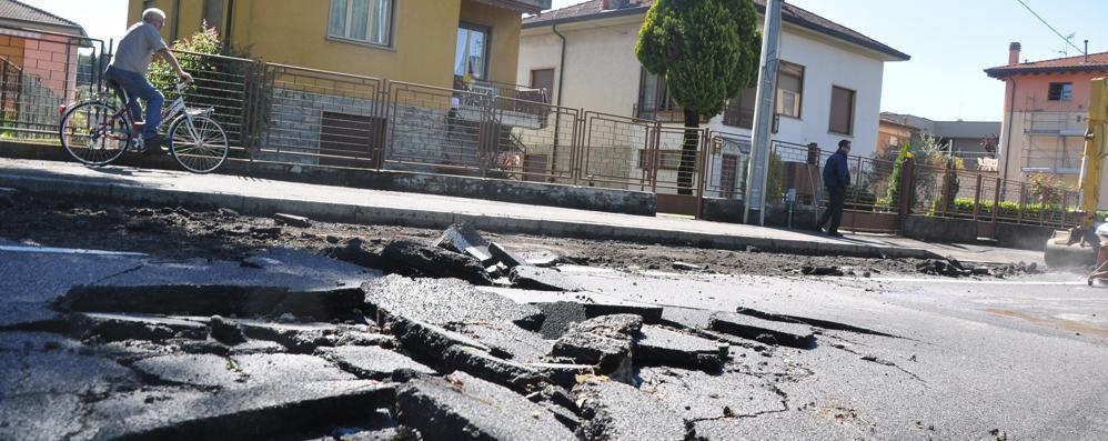 Cantù, asfalti rotti: caos traffico Chiusa in parte via Mazzini