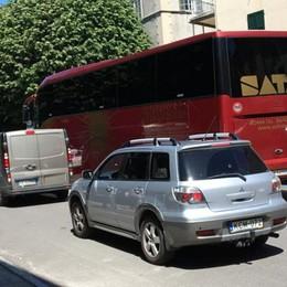 Piazza Roma, la Ztl  è un caos di pullman  «Così non funziona»