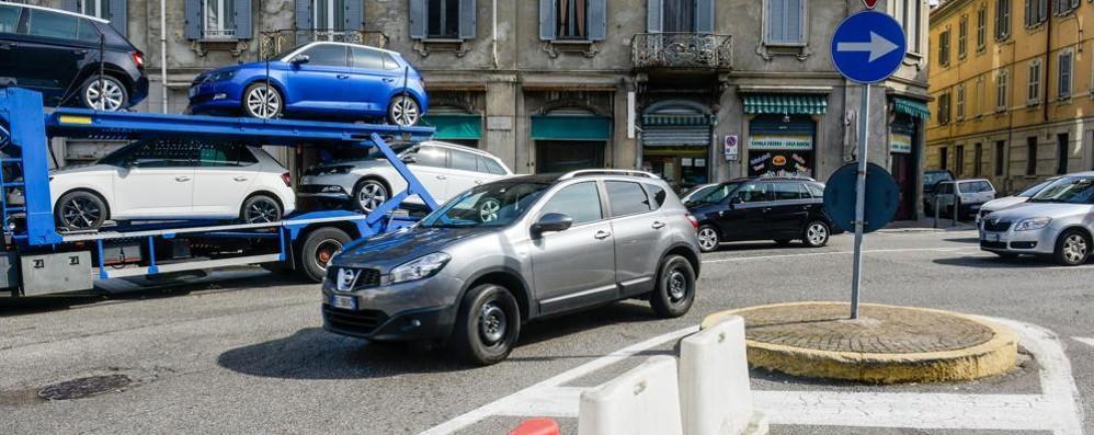 «Una rotatoria in piazza San Rocco»  Firmano 850 comaschi e due candidati