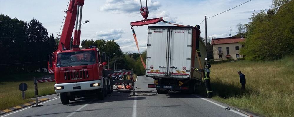Camion fuoristrada a Oltrona  Recuperato con l'autogru