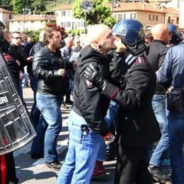 Nostalgici e Anpi in piazza a Dongo  Tensione, intervengono i poliziotti