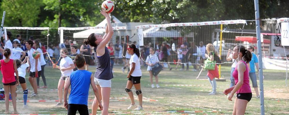 """""""Un lago di volley"""", ci tuffiamo Villa Erba invasa da mini atleti"""