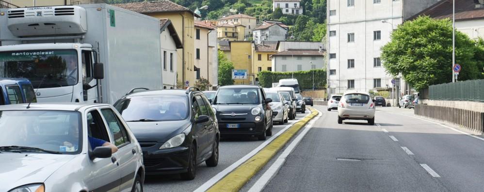 Cantiere e semafori in tilt  Como, traffico bloccato