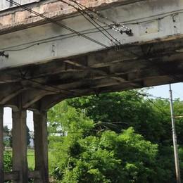 Ponte di Asnago, allarme dei ferrovieri  «Vanno bloccati tutti i treni»