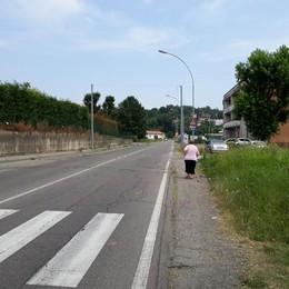 Cantù,  la protesta di via Como   «Senza marciapiede, un pericolo»