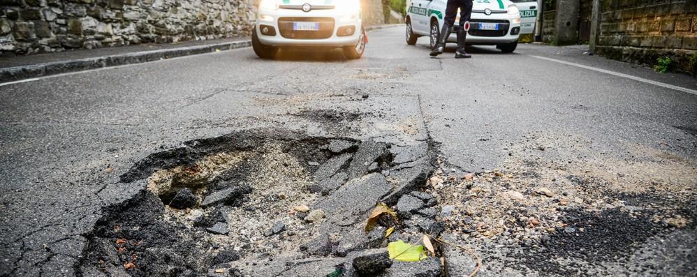 Como, pericolo via Crispi  Maxi buca in mezzo alla strada