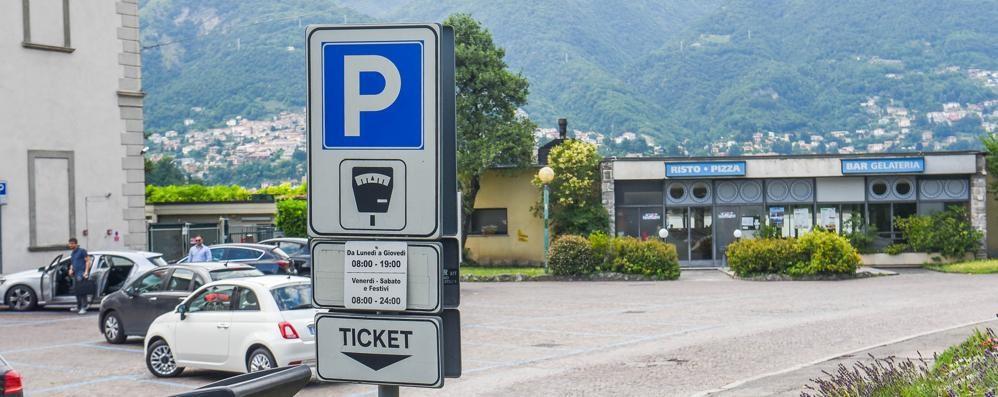 Viale Geno, il  posteggio costa 17 euro «Più cara la sosta dell'ingresso al lido»