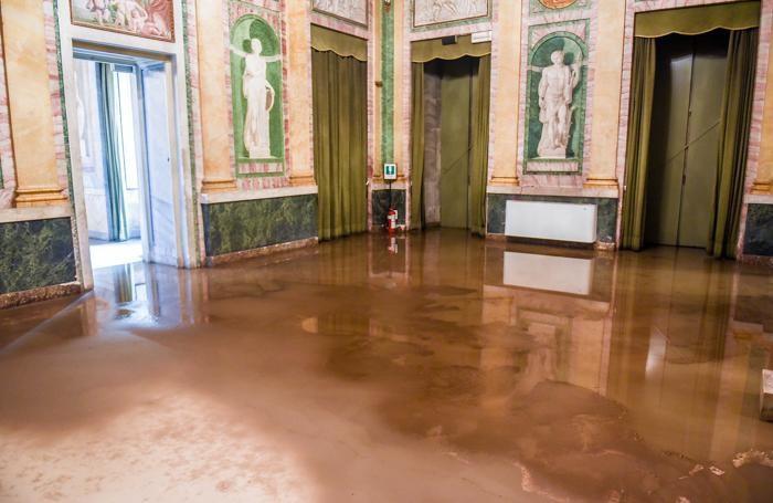 Como fango e detriti allagamento all'interno di Villa Olmo