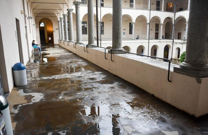 Como Sant'Abbondio sagrato e chiostro Università dell'Insubria pieni di detriti e fango, allagamento, maltempo,