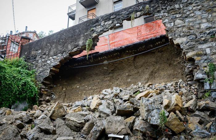 Como via Rienza crollo di un muro per forti piogge, nubifragio