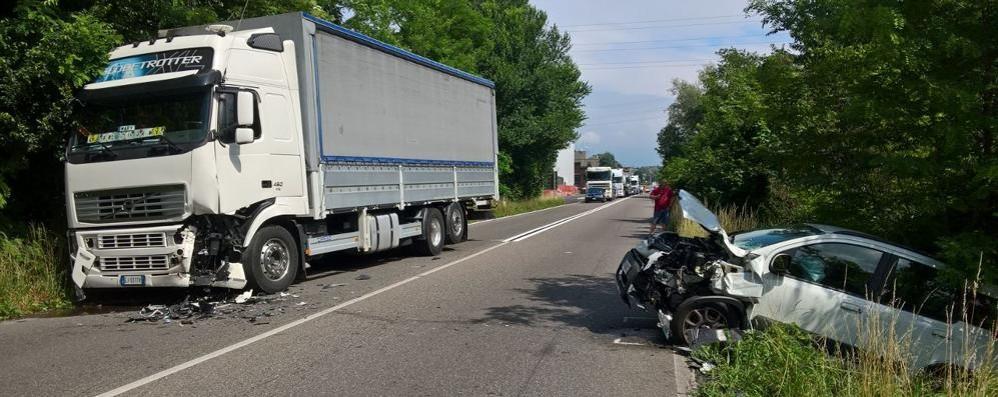 Frontale tra camion e auto Valassina bloccata ad Arosio