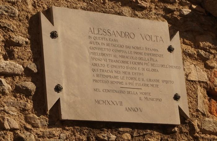 La targa sulla casa di Gravedona dove Alessandro Volta e Teresa Peregrini trascorsero la luna di miele
