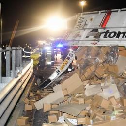 Camion si ribalta in autostrada  Giù nella scarpata, due feriti