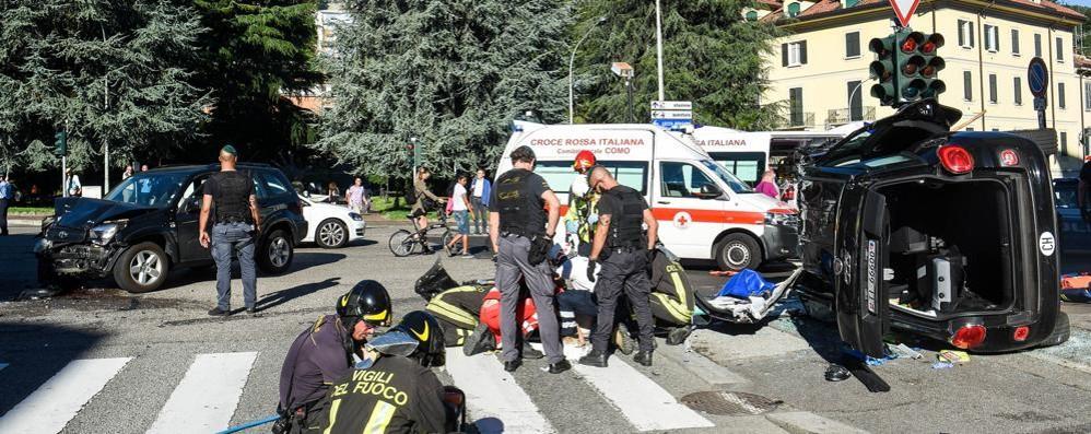 Auto si ribalta dopo lo scontro Pedoni travolti sul marciapiede