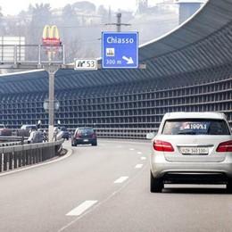 Lo smog comasco spaventa gli svizzeri  «Bus gratis ai frontalieri senz'auto»