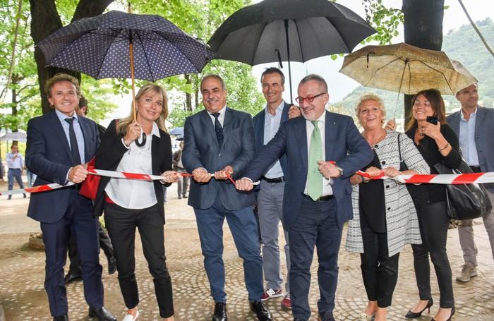 Como il presidente della Regione Roberto Maroni con l'assessore Viaviana Beccalossi e il sindaco Mario Landriscina strappano simbolicamente il nastro che delimita il cantiere paratie ai giardini a lago
