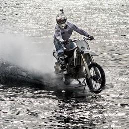 Attraversa il lago con la moto  Riuscita l'impresa di Colombo
