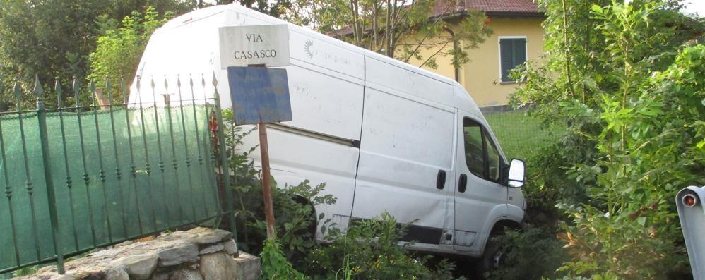 Perde il controllo del furgone  Finisce nel torrente a Casasco