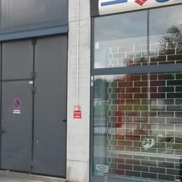 Furgone ariete contro il negozio  Beregazzo, via le attrezzature
