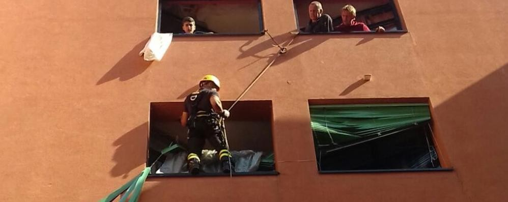 Pompieri scalano il palazzo  Colpa dei danni del vento