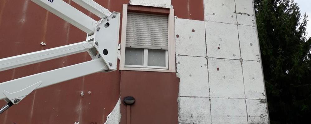 Cade la parete esterna del palazzo  Rischiata la tragedia a Cantù