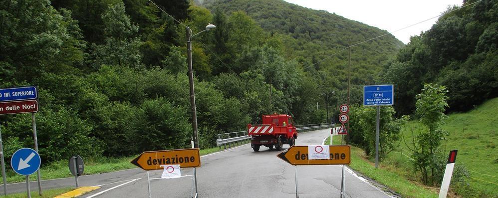 Frana chiude il valico della Valmara  Giornata di caos per frontalieri e turisti