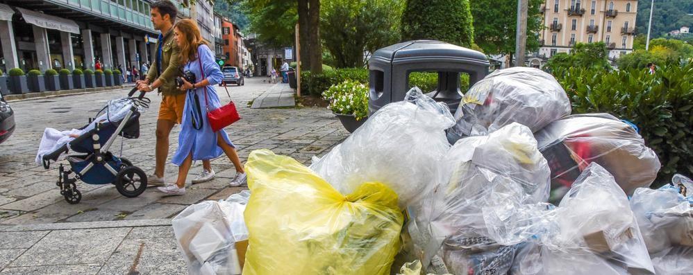 Rifiuti, nuove idee dai commercianti «Carta e plastica, ritiro al mattino»
