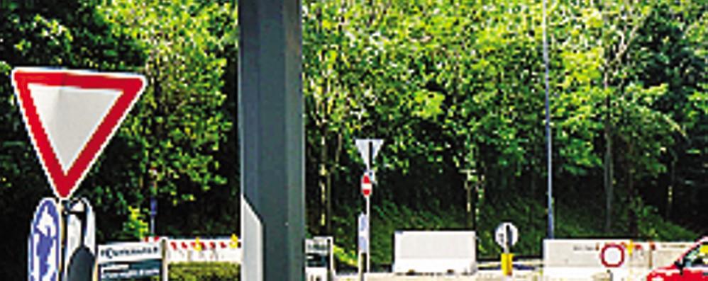 Auto sul viadotto chiuso Forse entrano contromano