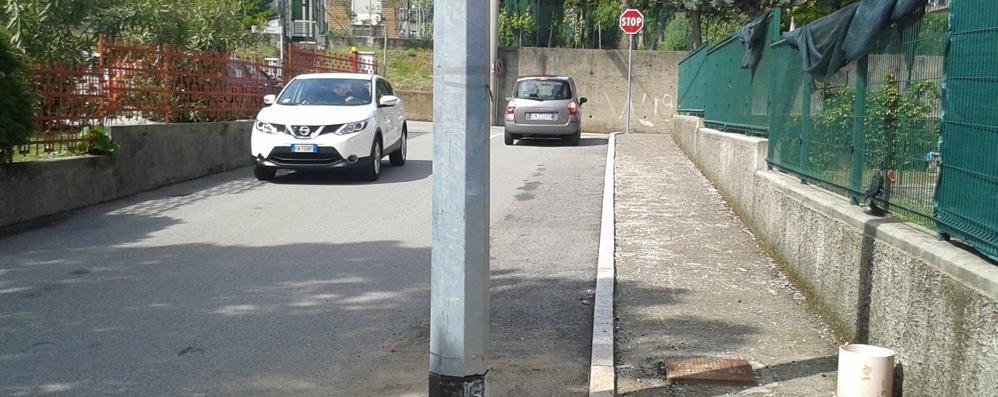 Da anni il palo è in mezzo alla strada  Finalmente al via i lavori per spostarlo