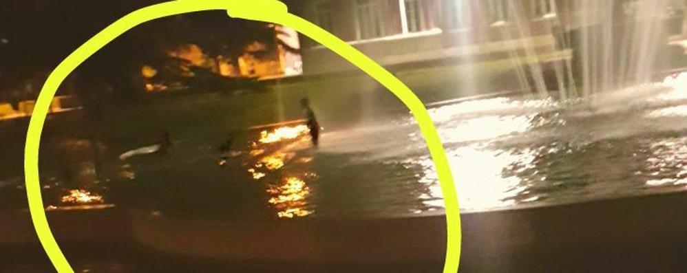 Bagni vietati nella fontana  Multe da 150 euro a Rovellasca