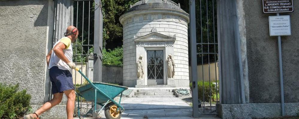 Cimitero di Camnago Non solo volontari via ai lavori del Comune