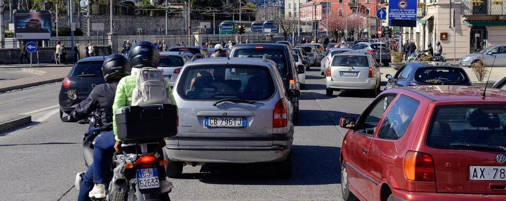Gli avevano tolto la patente  E aggredisce i carabinieri