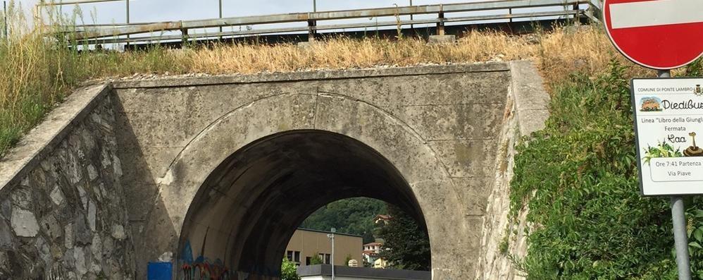 Dal ponte ferroviario piovono sassolini  Paura per i bimbi a Ponte Lambro