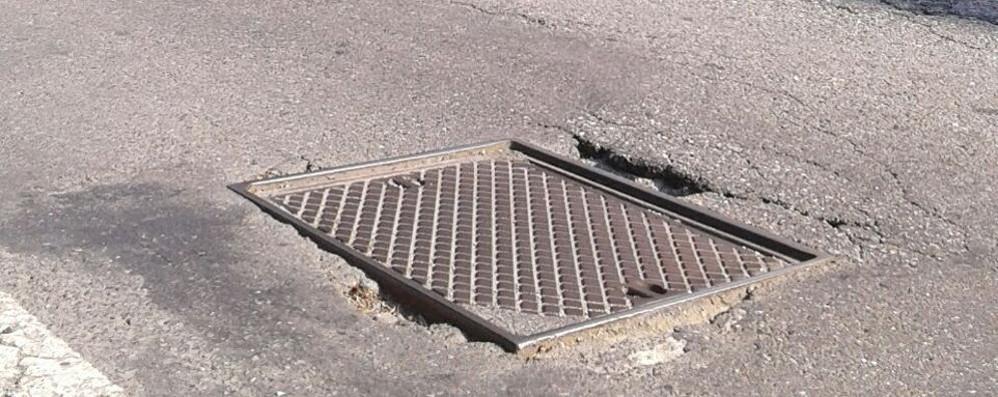 Pericolo in via Canturina: venti buche in un chilometro e mezzo