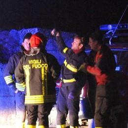 Tavernola, fuoco nel deposito dei bus  Un mezzo distrutto, odore acre in città