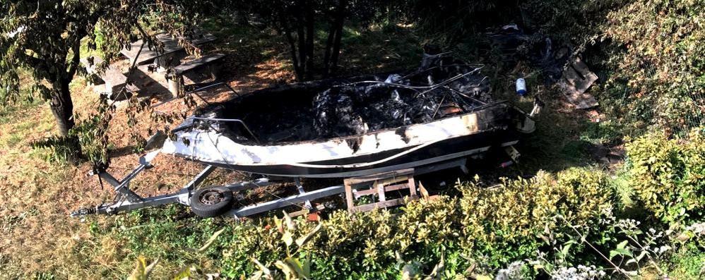 Barca in fiamme nella notte  Era in un campo a Solzago