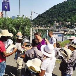 Lungolago di Como invaso  dai venditori abusivi di cappelli