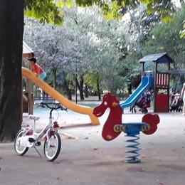 «Basta sigarette nel parco giochi»  Cermenate tira le orecchie ai genitori