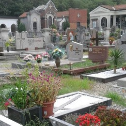 Fino, erbacce e cestini pieni  Ma il Comune interviene al cimitero