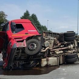 Camion si ribalta alla rotonda  Nessun ferito, caos per il traffico