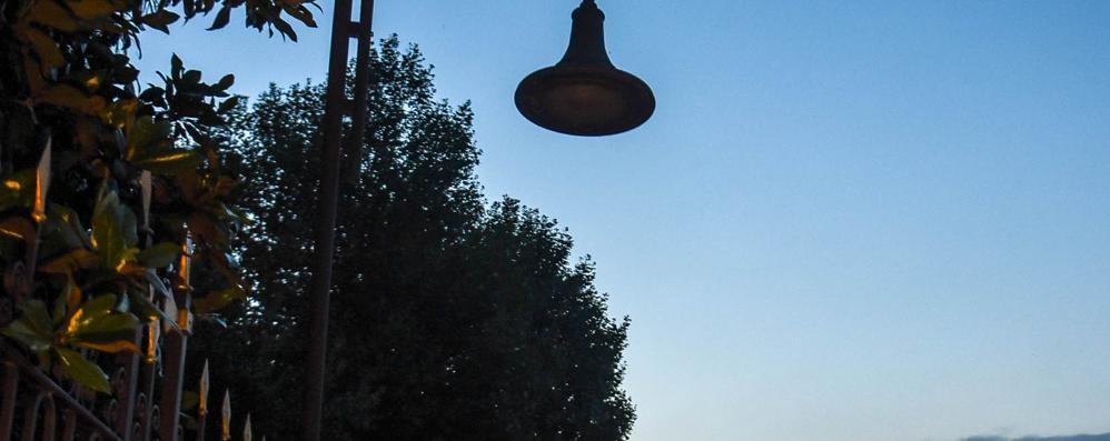 Como, Passeggiata al buio  Il Comune non può cambiare lampadine