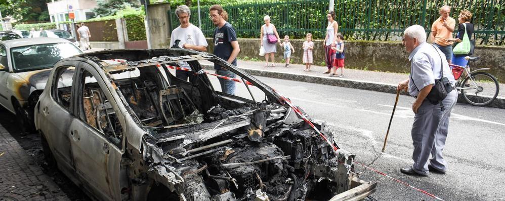 Auto e moto incendiate, caccia al piromane