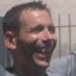 Papà stroncato dal male a 43 anni  L'ultimo saluto con le note di Guccini