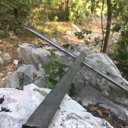 Erba, croci divelte e buttate nel bosco  I vandali contro tradizioni e fede