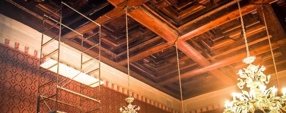 Cede trave del soffitto, sala inagibile  Allarme in Comune e salta il consiglio