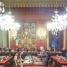 Cede una trave nell'aula consiliare  Annullata la seduta del consiglio