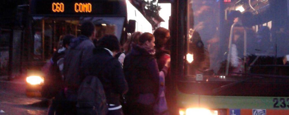 Bregnano - Como, 85 minuti in bus   I pendolari: «Ora chiediamo i danni»