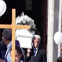 Inverigo, palloncini bianchi  per l'ultimo saluto ad Arianna