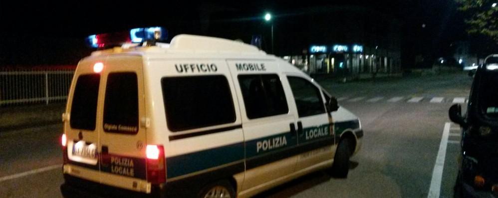 """Auto """"strappa""""  la portiera al Tir  Incidente a Olgiate"""